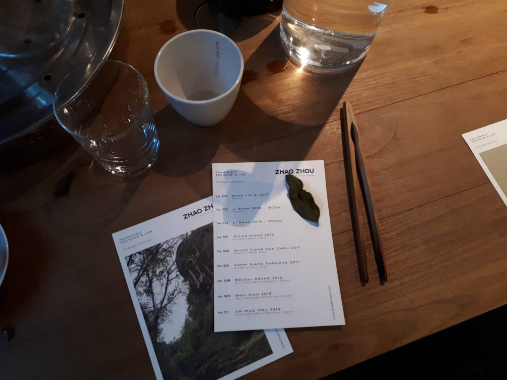 Zhao Zhou teakereskedés és műhely - a teakóstoló teái és egy tealevél