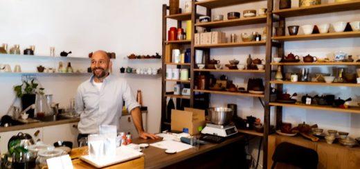 Teavolution teázó és tea bolt (A képen Nagy Balázs, tulajdonos. Fotó: szeretlekTEA)